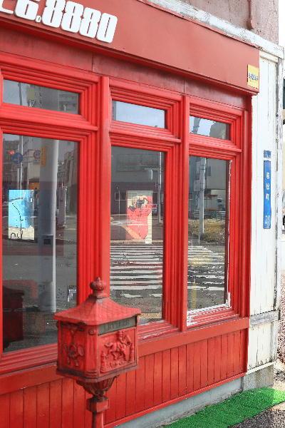 若松町の美容室に写る赤いオレ.JPG